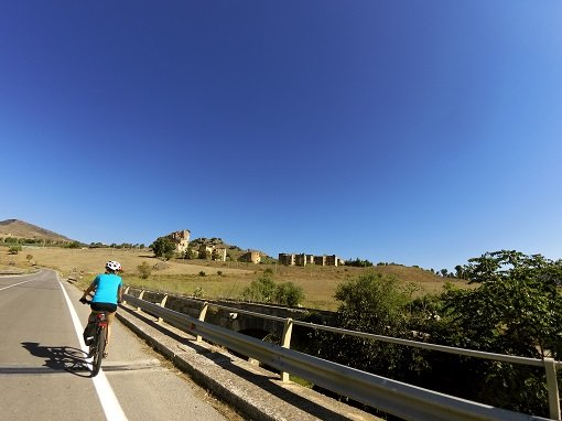 Pedalando verso il borgo abbandonato di Roccapalumba